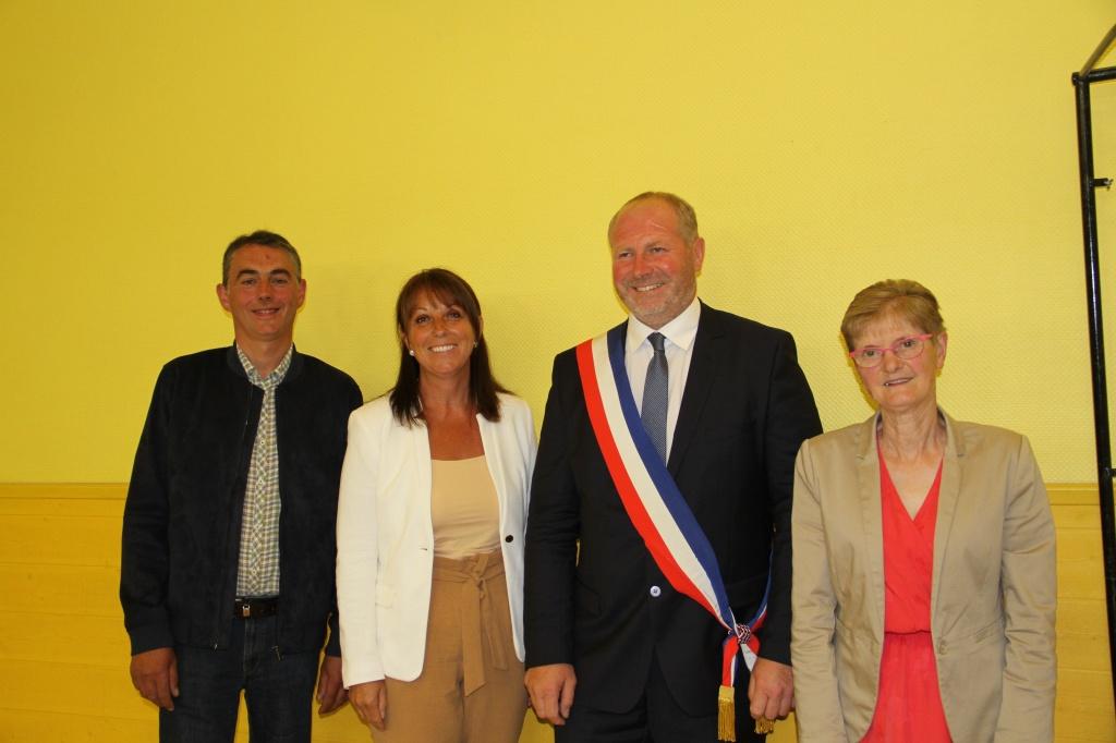 La nouvelle équipe d'adjoints qui entoure monsieur le maire